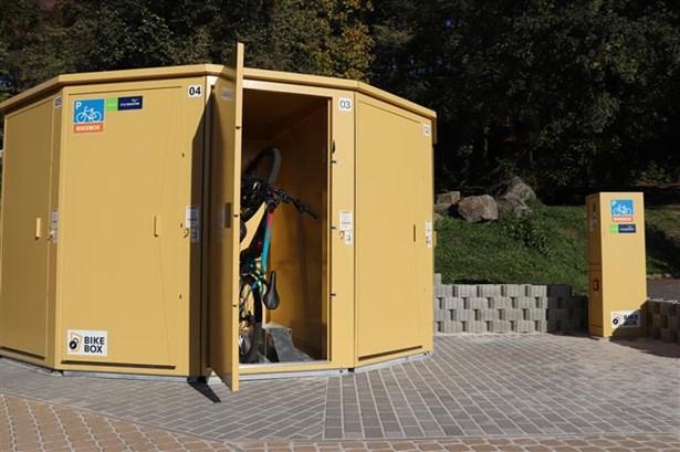 Popis: Úložné boxy, do kterých je možné uschovat kola či kočárky.
