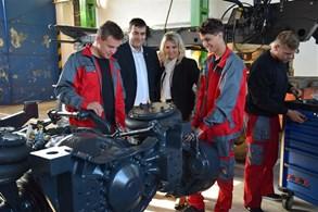 Třebíčští středoškoláci už tráví hodiny v dílně. Staví Tatru