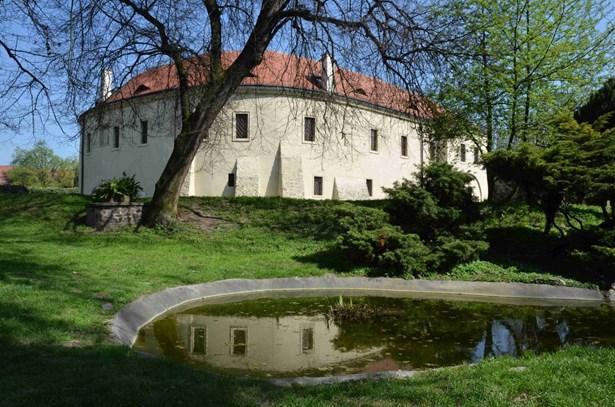 Popis: Zámek v Roztokách u Prahy, kde sídlí Středočeské muzeum.