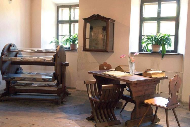 Jan Amos Komenský prožil ve Fulneku tři nejkrásnější roky svého života. Ten přibližuje místní památník