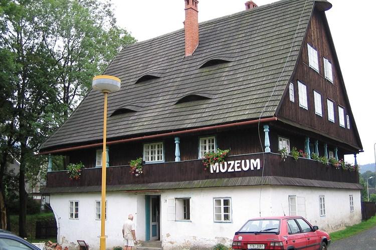 Kosárna Karlovice představuje muzeum s expozicemi venkovského bydlení a lesnictví