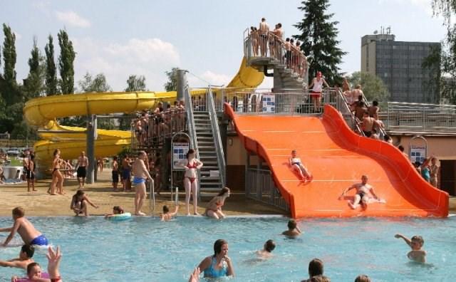 Karvinské koupaliště nabízí tři bazény i tobogán. Děti se vyřádí v brouzdališti ve tvaru lodi