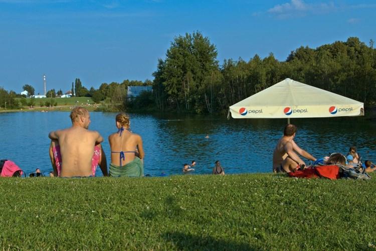 Stříbrné jezero blízko Městských sadů nadchne milovníky přírodního koupání