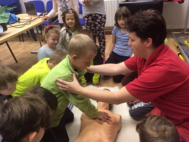 Popis: Žáci ze 3. ZŠ v Bruntále si vyzkoušely práci záchranářů.