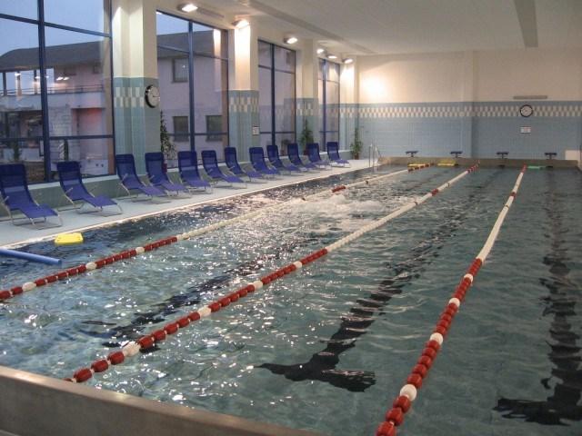 Krytý bazén v Orlové nabízí plavecký bazén, saunu i bufet. Myslí taky na handicapované