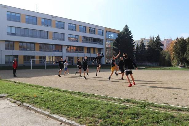 Popis: Na snímku je současné hřiště, které využívají žáci ze Základní školy U Tenisu.