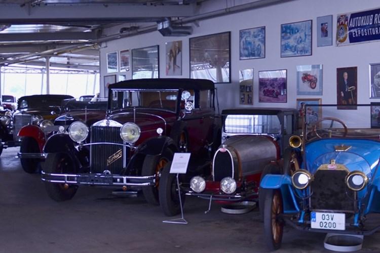 Muzeum historických vozidel ukazuje i vyřazené ruské vozy nejvyšších státních představitelů
