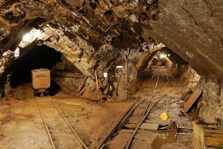 V dole je kvidění řada unikátních exponátů připomínajících slavnou dobu hornictví a lomařství