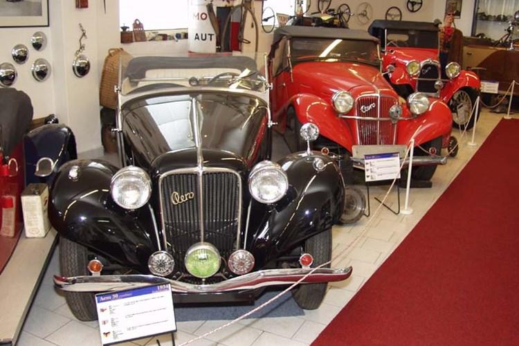Muzeum ukazuje historické automobily, motocykly a jiné exponáty z let 1870 až 2005