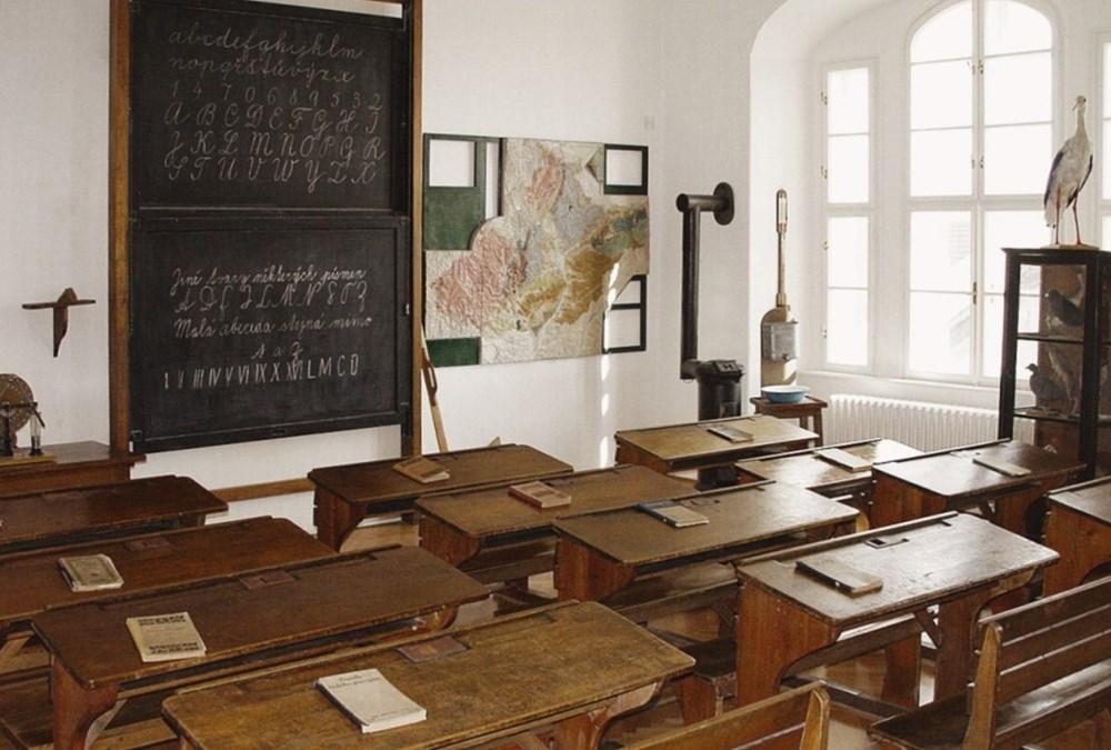 Stálá expozice Školní třída z doby 1. republiky na přerovském zámku.