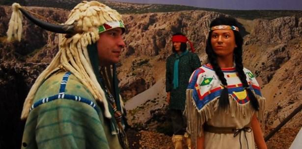 Popis: V Náprstkově muzeu v Praze prodloužili výstavu Indiánů. Je o ni totiž vysoký zájem mezi návštěvníky.