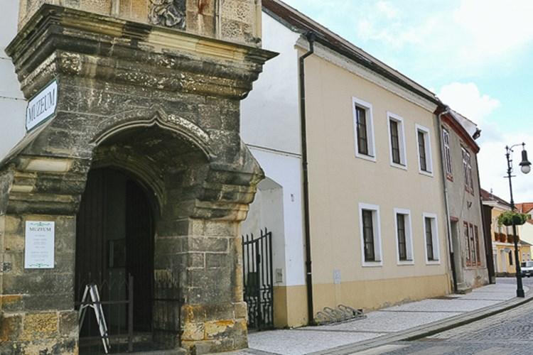 Oblastní muzeum v Lounech nabízí dvě stálé expozice s historickou a přírodovědnou náplní