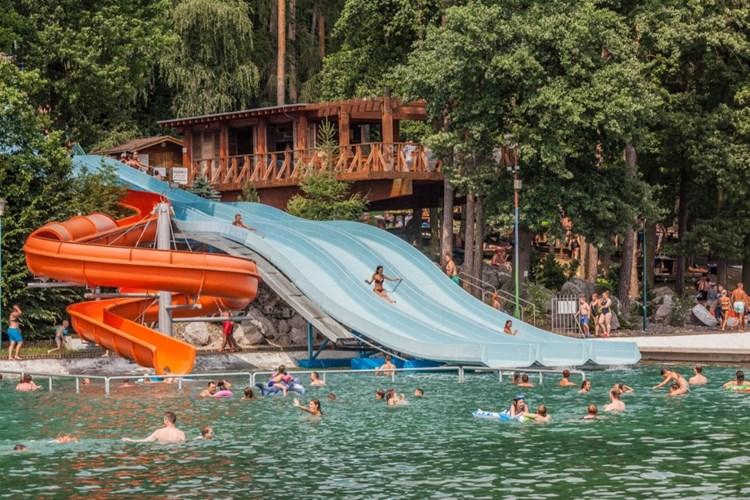 Největší bazén ve střední Evropě nabízí spoustu prostoru ve vodě a mnoho atrakcí