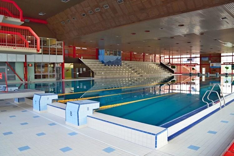 Krytý bazén v Ostravě-Porubě myslí i na vozíčkáře. Jízdu tobogánem změří časomíra