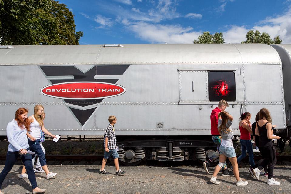 Revolution train představuje skutečný příběh upozorňující na drogovou problematiku mladistvých. Mnozí díky němu změnili názor na drogy