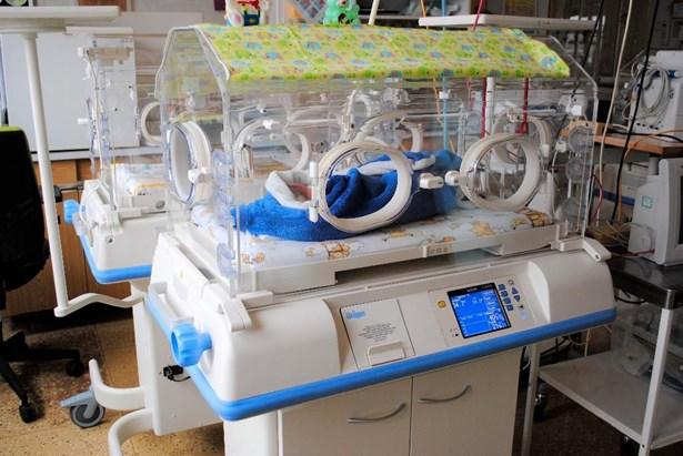 Popis: Nové inkubátory, které hlídají nedonošené děti v kladenské nemocnici.