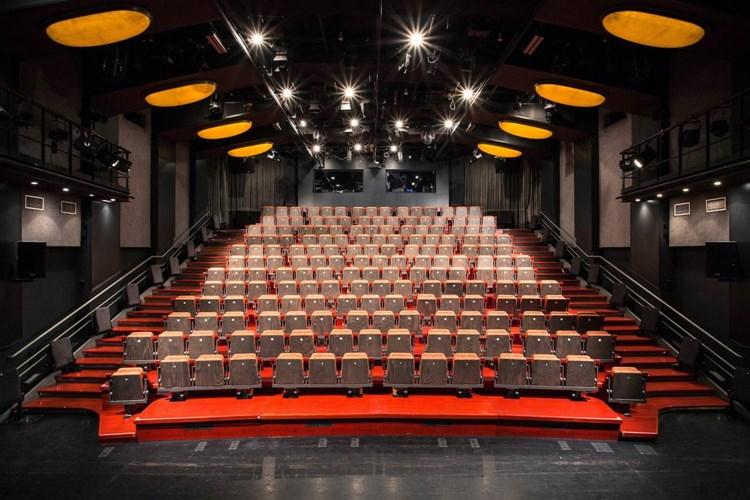 Díky možnosti vyndat sedadla je umožněn bližší kontakt herců s diváky