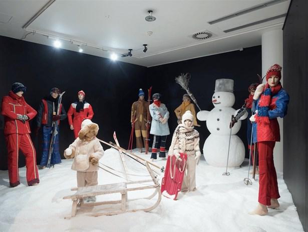 Popis: Výstava Retro zima v Tančícím domě osvěží vzpomínky na Vánoce v Československu.