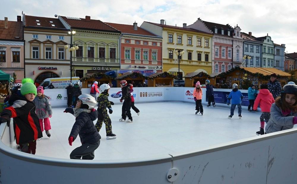 Popis: Zejména děti se mohou vyřádit na kluzišti, které bude k dispozici na náměstí ve Valašském Meziříčí.