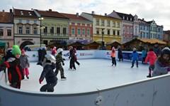 Vánoce ve Valašském Meziříčí: Zpívání koled na náměstí, adventní zvyky i vyřezávaný betlém