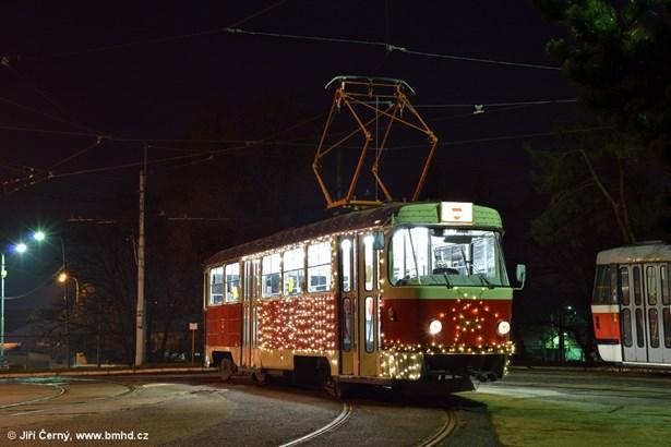 Popis: Vánoční tramvaj v ulicích Brna.