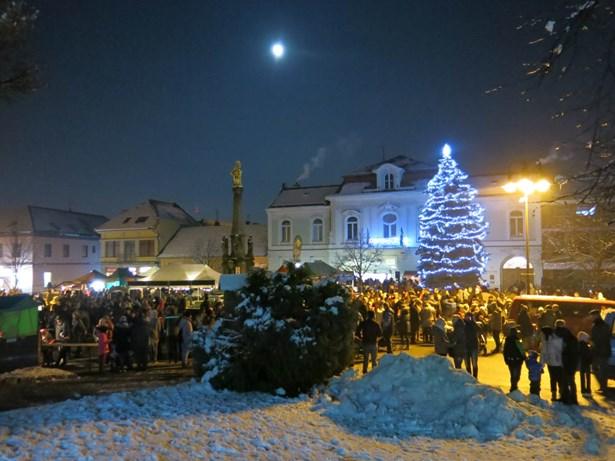 Popis: Rozsvěcení vánočního stromu ve Valašských Kloboukách.