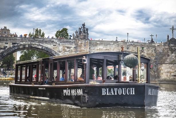 Popis: Člun Blatouch u Karlova mostu.