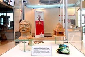 Výstava přibližuje komunikaci mezi lidmi. Od šeptání do ucha po bezdrátové spojení
