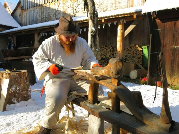 Popis: Na dvoře Janíkovy dřevěnice se budou strouhat šindele.
