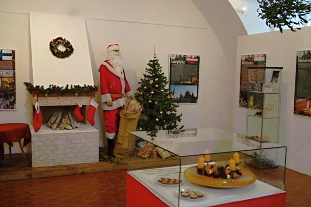 Popis: Výstava přibližuje, jak se slaví Vánoce v jiných evropských zemích.