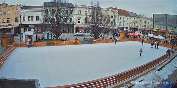 Popis: Pohled z webkamery na mobilní kluziště na náměstí T. G. Masaryka v Prostějově.