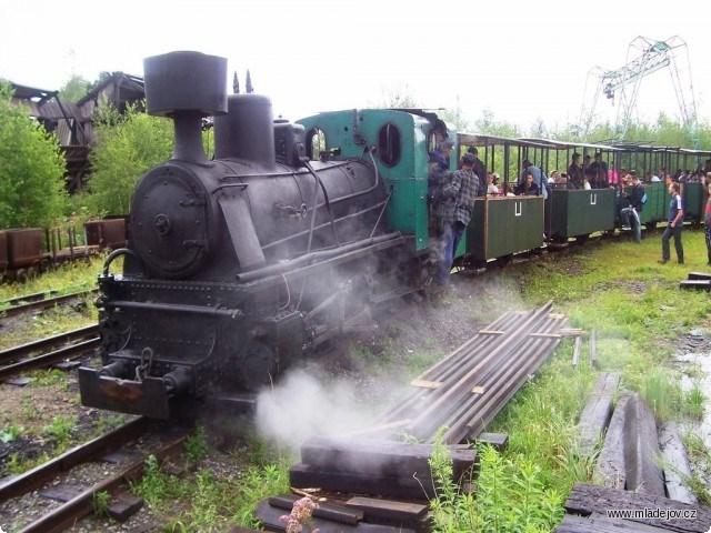 Jedna z úzkorozchodných lokomotiv v Průmyslovém muzeu v Mladějově.