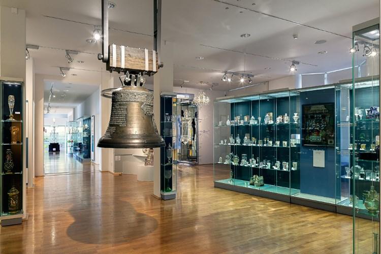 Stálé expozice zpřístupňují významné sbírkové předměty i historii sklářství v Kristiánově