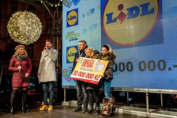 Popis: Předání šeku na Staroměstském náměstí v Praze.