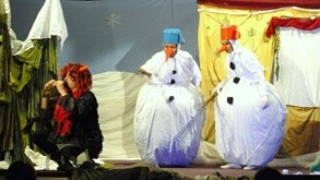 Dva sněhuláci budou chránit chaloupku před čertem, který chce zkazit Vánoce