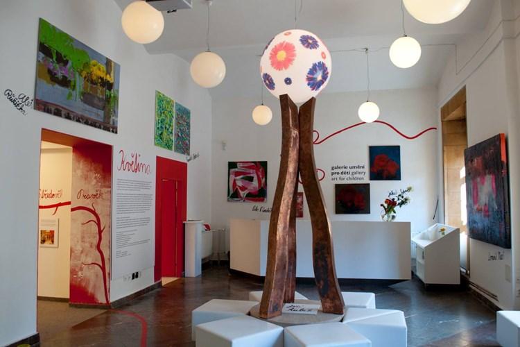 V Galerii umění pro děti mohou malí návštěvníci dotvářet vystavená díla