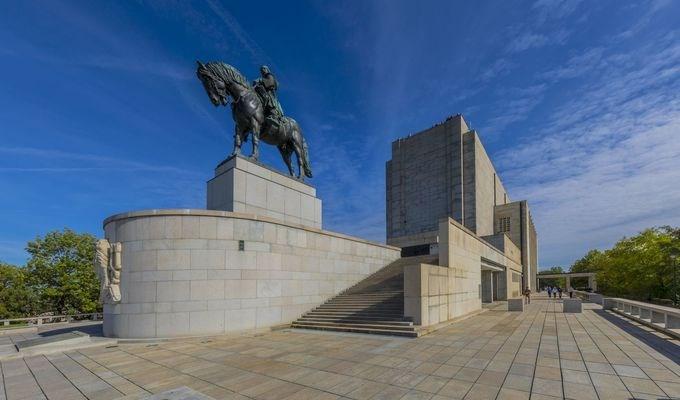 Národní památník na Vítkově je jednou z dominant moderní Prahy