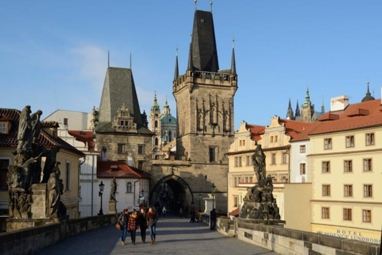 Malostranská mostecká věž je nejmladší částí celého Karlova mostu
