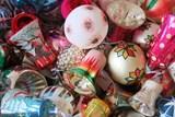 Výstava ve Středočeském muzeu přibližuje, jak vznikají vánoční ozdoby