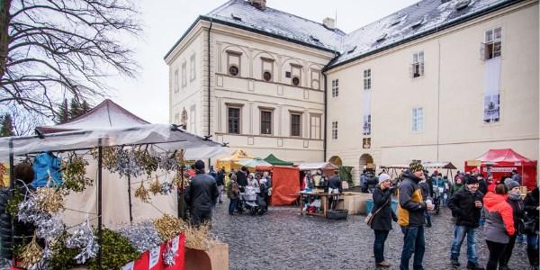 Popis: Adventní trhy na nádvoří zámku Svijany.