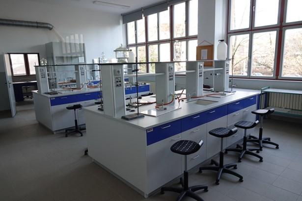 Popis: Nová chemická laboratoř na Gymnáziu Luďka Pika v Plzni.