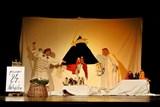Děti si při divadelním představení postaví Betlém a zazpívají vánoční koledy