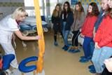 Žáci devátých tříd navštívili třineckou nemocnici. Překvapilo je, kolik profesí tady najde své uplatnění