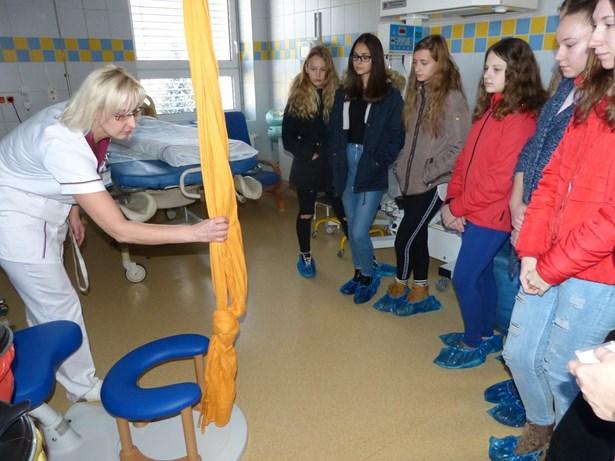 Popis: Žáci z Bystřice a Jablunkova při exkurzi v třinecké nemocnici.