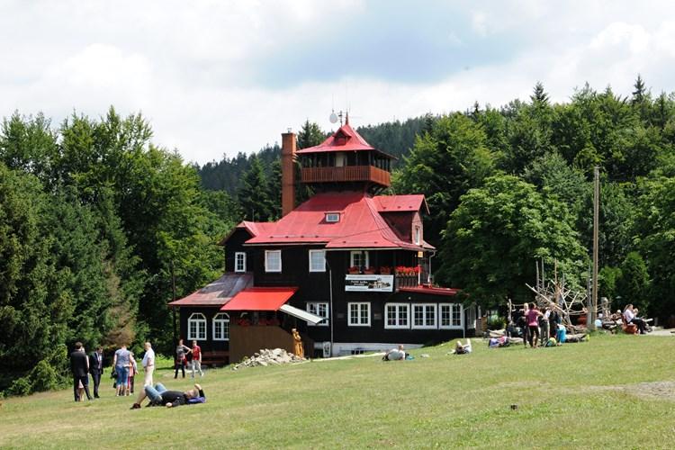 Chata na Prašivé disponuje i rozhlednou s výhledem do okolí