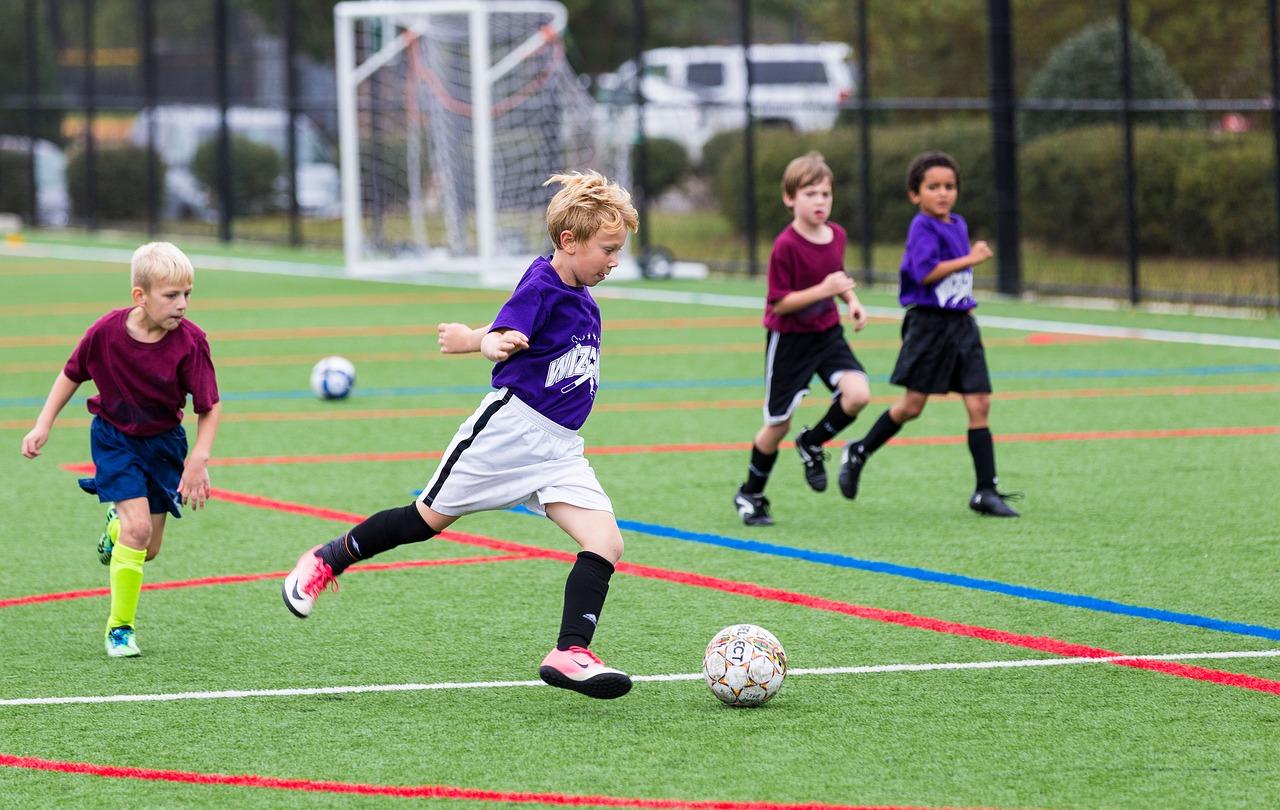 S fotbalem může dítě začít kdykoli. Hřiště je na každé vesnici