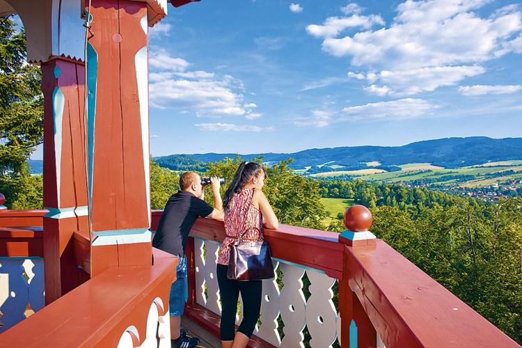Jurkovičova rozhledna nabízí krásný pohled především na Valašské muzeum v přírodě