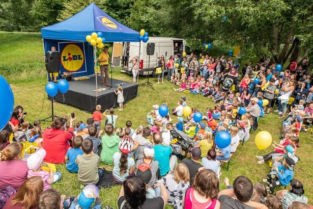Popis: Při otevření Rákosníčkova hřiště v Žatci děti pobaví Michal Nesvadba.