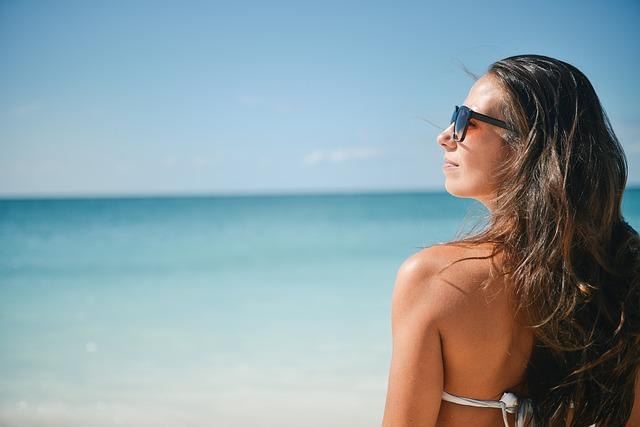 Oči na dovolené: slunce, písek, sinice i vítr mohou vážně poškodit zrak