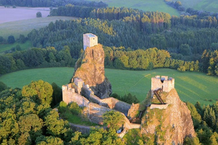 Hrad Trosky je světovou přírodní raritou. Jeho základ tvoří ojedinělý skalnatý útvar sopečného původu
